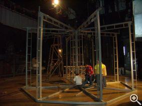 Фотографии, снятые с самой  первой «примерки» металлической конструкции декорации «Летучая мышь» на сцене музыкального театра