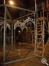 Появившиеся чуть позже белые арки уже придали металлической конструкции некую театральность