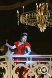 Второй этаж декорации, на котором играет малый оркестр, под управлением князи Орловского, оформлен ажурными балюстрадами. Такой балкон достоин  княгини