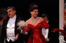 Благодаря бархату, зритель сразу поймет, что перед ним светская дама и хозяйка бала - княгиня Орловская
